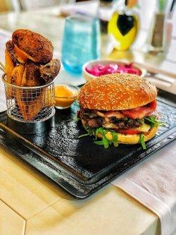 Burger de vită cu cartofi wedges și salată Coleslaw image