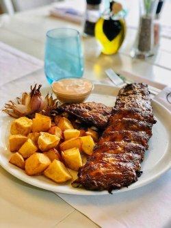 Scăriță de porc cu sos de bere şi cartofi aurii  image
