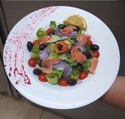 Salată cu somon fume