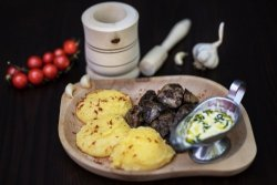 Ficăței de pui la grătar cu mămăliguță și mujdei de usturoi