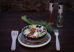 Salată de roșii cu castraveți
