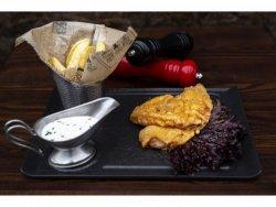 Șnițel de pui parizian cu cartofi prăjiți și sos rangers
