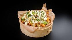 Cartofi prăjiți aromatizați cu parmezan și verdeață serviți cu sos de usturoi image