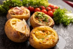 Cartofi cu unt, sare și verdeață image