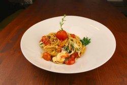 Spaghetti cu roșii cherry și mozzarella