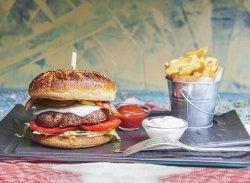 Cheeseburger vita cu cartofi prajiți