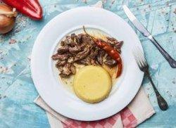 Pastramă de berbecuț cu mămăligă