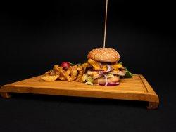 Cheeseburger cu piept de pui  & cartofi prăjiţi image