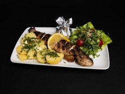 Păstrăv la Grătar cu cartofi natur şi salată verde image