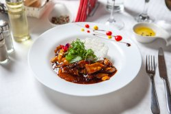 Tigaie dulce, picantă de pui cu legume proaspete de sezon pe pat de orez image