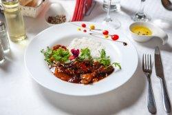 Tigaie dulce, picantă de vită cu legume pe pat de orez image