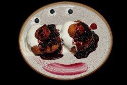 Papanași cu smântână și dulceață Donuts with jam and sour cream image