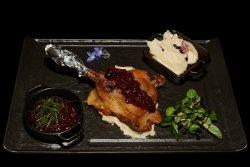 Pulpă de rață cu piure de păstârnac și ceapă caramelizată Duck thighs with smashed parsnip and caramelized onion  image