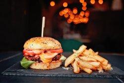 Burger de vită la Josper cu bacon și cartofi pai aromatizați  image