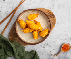 Creveti in cuib de cartofi + Sos dulce-picant image
