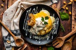 Mămăligă cu brânză la burduf, slănină prăjită și smântână image