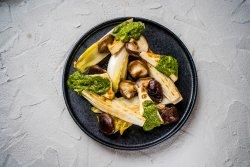 Salată cu halloumi, andive si shiitake la grill image