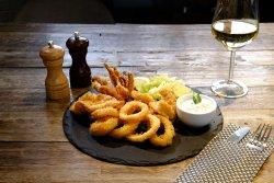 Calamari în crustă de panko, sos de iaurt și salată image