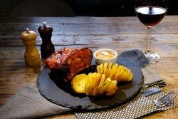 Coaste de porc cu glazură picantă, cartofi copți image
