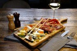 Platou cu brânzeturi si mezeluri crud-uscate image