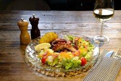 Tentacule de caracatiță și de calamar cu cartofi copti si salata verde image