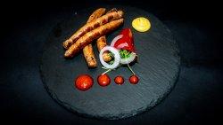 Cârnați picanți la grătar cu salata arcu image