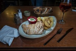 Piept de pui la grill cu cartofi și sos mayo image
