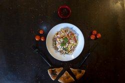 Salată cu ton și sos de lămâie și lipie image