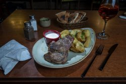 Ceafă de porc la grill cu cartofi cu usturoi image
