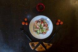Salată cu piept de pui la grill , sos yogurt și lipie image