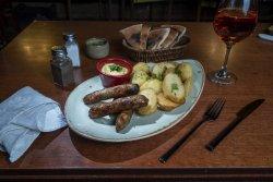 Cârnați bistro cu cartofi românești și muștar image