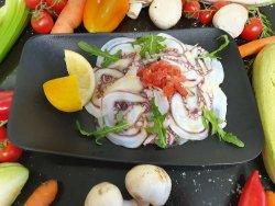 Carpaccio di polpo mediterraneo marinato al aglio, olio e basilico fresco