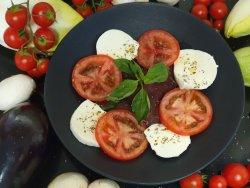 Fior di mozzarella con pomodori cuore di bue e basilico fresco