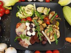 Verdure di staggione griliate e salami, prociutto, bresaola e olio di oliva