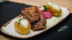 Coaste de porc cartof copt salată roze image