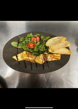 Halloumi la grătar cu mixt de salată și pâine prăjită image