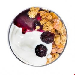 Iaurt cu musli crunch, gem de afine si merisoare
