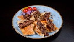 Kebab Adana cu lipie și salată de ceapă image