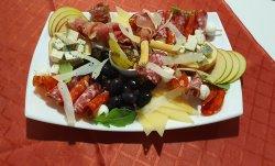 Platou italian de mezeluri și brânzeturi fine image