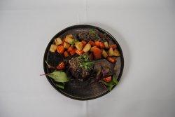 Mușchi de vită Andalouse în crustă de măsline și legume coapte image