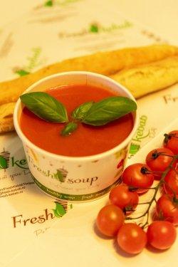 Supă cremă de roșii servită cu baghetă