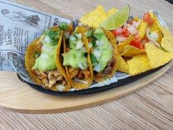 Tacos de carnitas & nachos