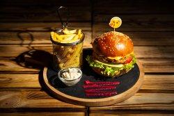 Burger de vită Black Angus servit cu cartofi prăjiți + Bere Ursus 330 ml image